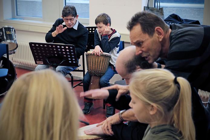 Frits Schreurs (achter/links) met zijn groep 6-kunstmaatje Maxim Hundertmark (achter/rechts).