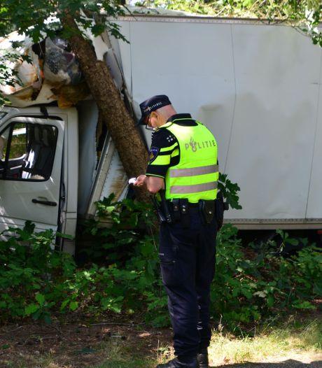 Veel geluk voor busbestuurder: rijdt zich klem tussen bomen, maar komt er zonder kleerscheuren van af