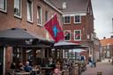 De Airbornevlag aan de gevel van Big Fish in Huissen.