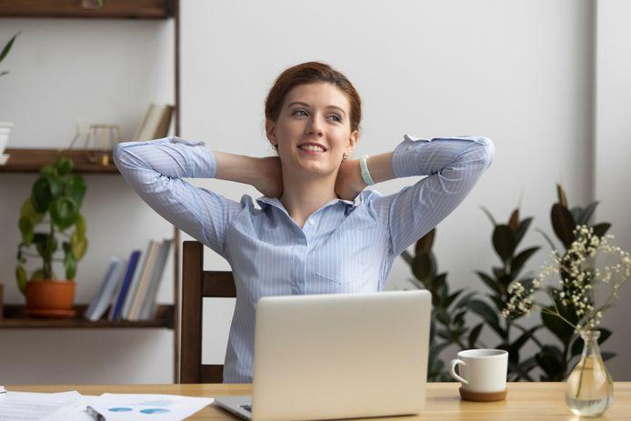 Slechts acht uur werken per week kan onze geestelijke gezondheid bevorderen, stellen Britse onderzoekers.