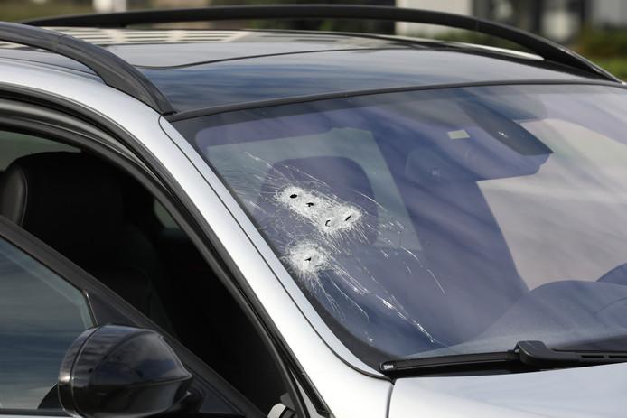 Dit zou de beschoten auto van de schutters zijn. Deze werd achtergelaten op de Hoofdweg.
