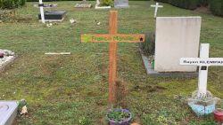 """Baby Franco krijgt nieuw kruis op grafje en dat was nodig. """"Het lot van Franco heeft me nooit losgelaten"""", zegt An Andries van Nooit Vergeten"""
