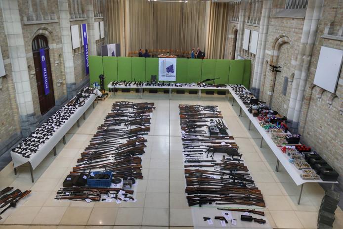 De politie heeft het indrukwekkende arsenaal wapens uitgestald.