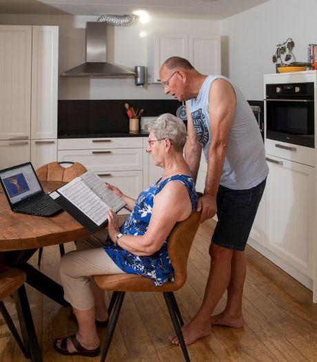 Wekelijks meezingen vanuit huis om roest op de stembanden te voorkomen