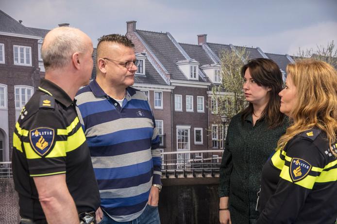 Agent Martin met collegaâęs op politiebureau Helmond