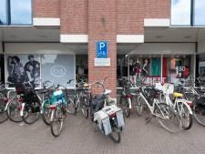 Fietsparkeerplaatsen net buiten centrum Zutphen om fietsers te lokken, maar fietsen uit stad te houden