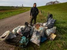 Maarten raapt aangespoeld afval langs het Hollands diep en heeft al 14 zakken vol troep