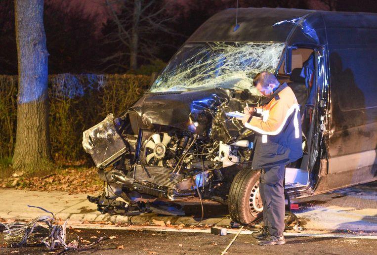 De bestuurder moest uit de verhakkelde bestelwagen ontzet worden door de brandweer.