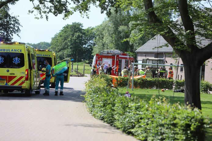 Hulpdiensten moester ter plaatse komen op de boerderij aan de Wakkerendijk in Eemnes.