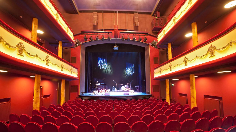 De zaal van theater De Kleine Komedie, die achter het net vist met zijn subsidieaanvraag.