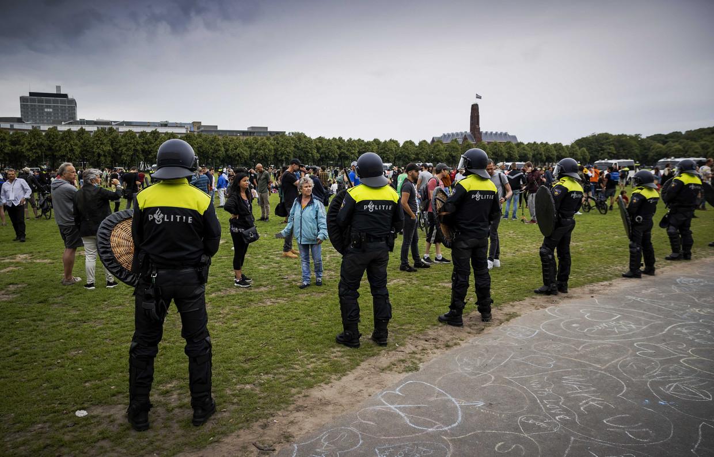 De politie moest zondag ingrijpen bij een protest tegen de coronamaatregelen van het kabinet, zoals de anderhalvemeterregel. Beeld ANP