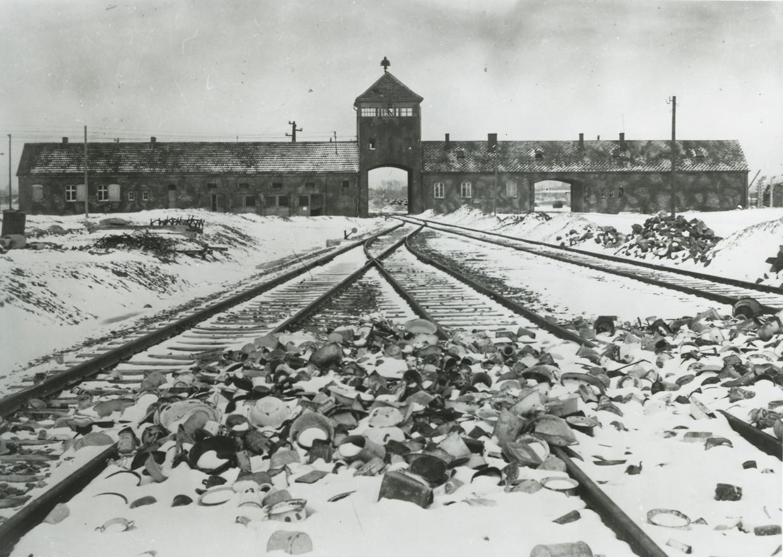 Een foto van concentratiekamp Auschwitz vlak na de bevrijding van de gevangenen in januari 1945.