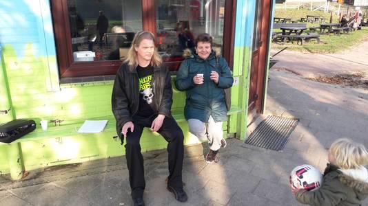 Eelco Hofstra en Henny Willemsen van het bestuur van bouwspeelplaats De Leuke Linde.