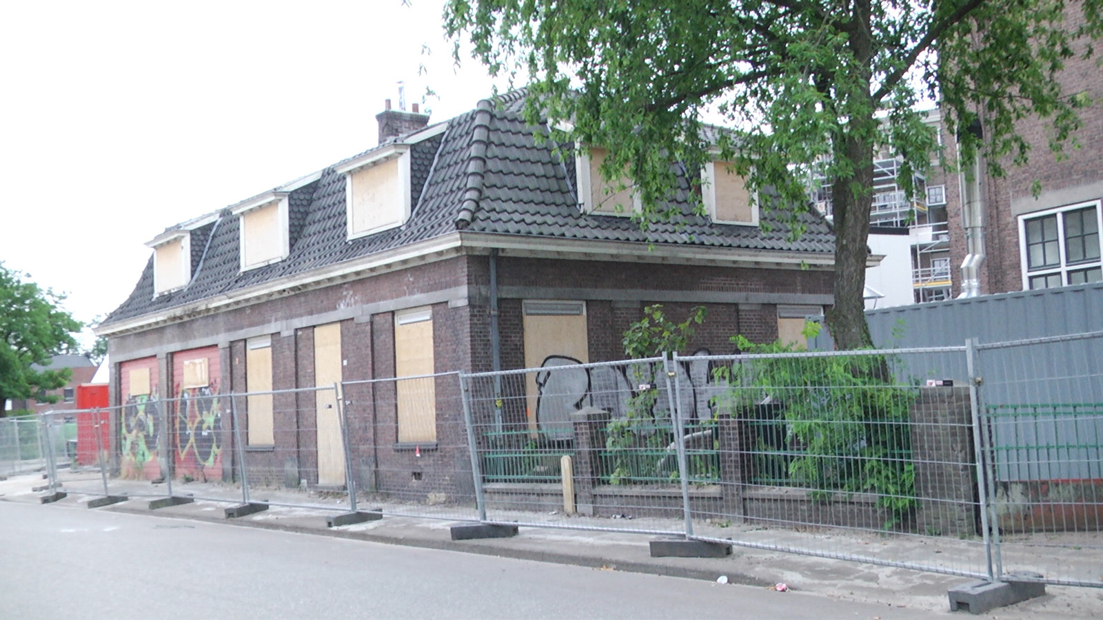 De voormalige conciërgewoning bij de Ambachtsschool.