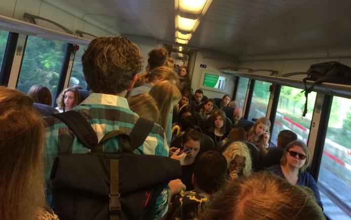 Reizigers in een overvolle trein van Arriva vanmorgen.