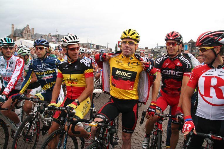 Cadel Evans toont fier zijn gele trui.