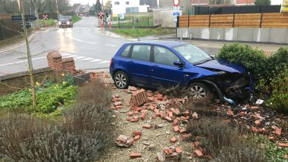 """Voor de 17de keer (!) ligt het tuinmuurtje aan de overweg in Heurne in puin. """"Hij was nog niet hersteld na crash in januari"""""""