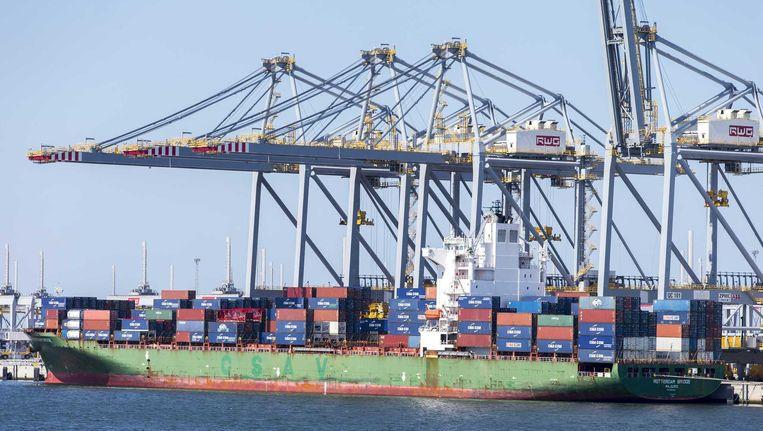 Containeroverslag op het terrein van APM Terminals op de Tweede Maasvlakte in de Rotterdamse haven. Beeld anp