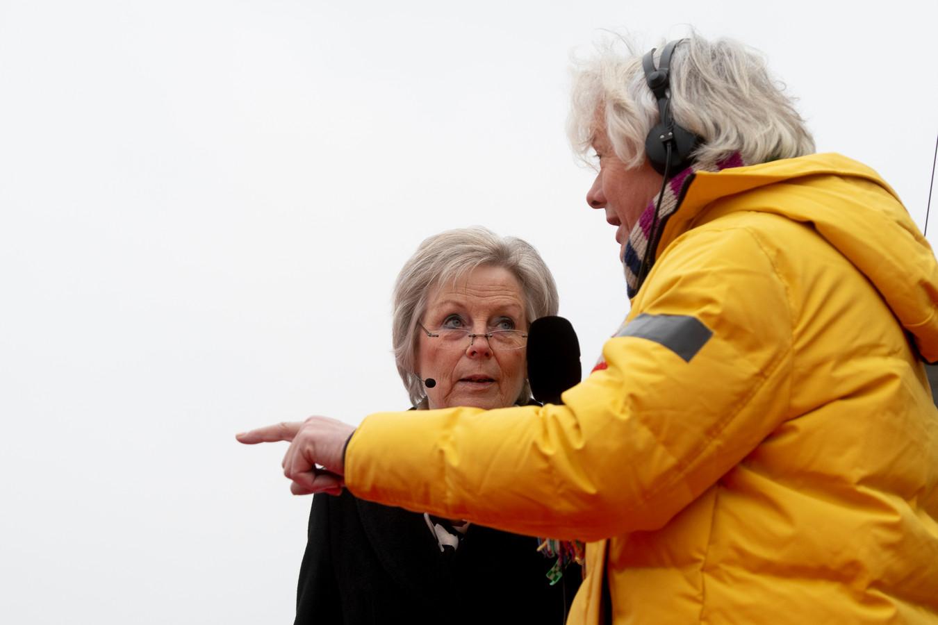 Burgemeester Petra van Petra van Wingerden-Boers (links) gisteren tijdens de generale repetitie van de intocht van Sinterklaas in Apeldoorn.