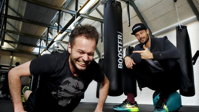 Verslaggever Stefan Raatgever wordt afgebeuld door Arie Boomsma