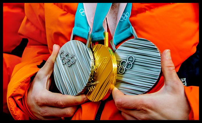 Ireen Wüst met haar twee zilveren medailles en een gouden medaille.