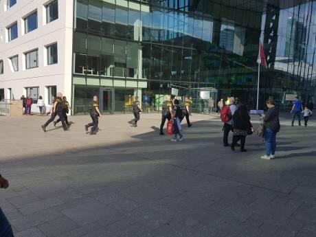 Politie gaat met kogelwerende vesten Stadskantoor in voor arrestatie
