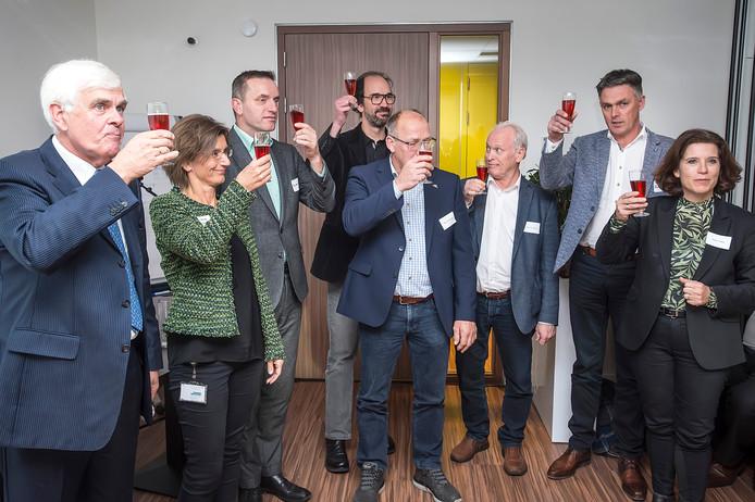 Gedeputeerde Henri Swinkels (4e van links) wethouders en vertegenwoordigers van de Veiligheidsregio's ondertekenden in Molenschot  een intentieverklaring voor veiliger buitengebied via glasvezel. Uiterst links voorzitter van Midden-BrabantGlas Joost Bol.