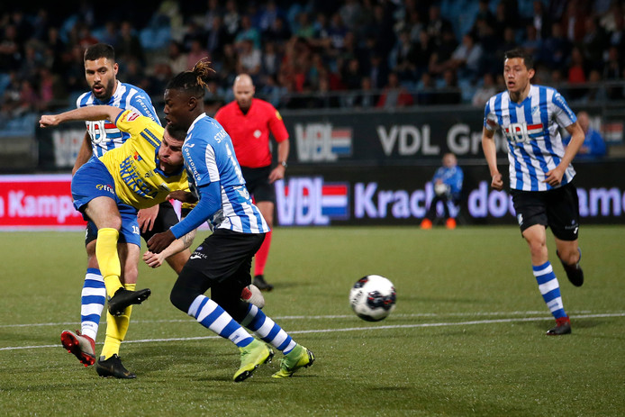 FC Eindhoven krijgt weer een doelpunt tegen in de slotfase. Sam Hendriks zorgt namens Cambuur voor de 2-2.
