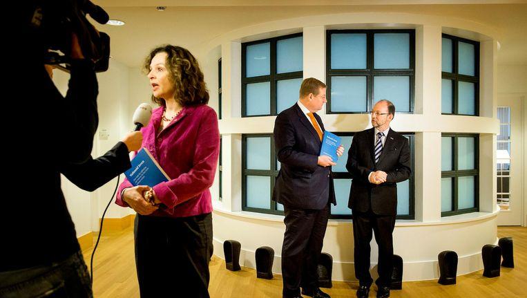 Minister Schippers (links) en Ard van der Steur (midden) tijdens de presentatie van wetsvoorstel 'Voltooid Leven' Beeld anp