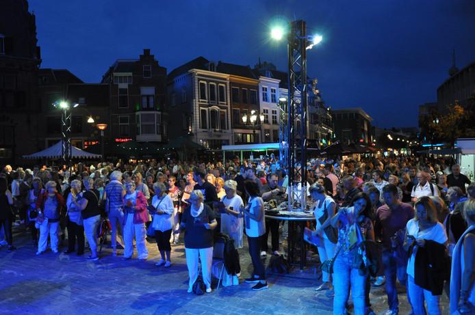 Honderden zanglustigen waren vorig jaar present bij 'Nijmegen Zingt' op de Grote Markt in Nijmegen.