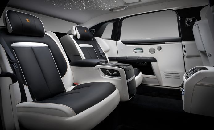 Achterin de nieuwe Rolls-Royce Ghost zit je als een vorst