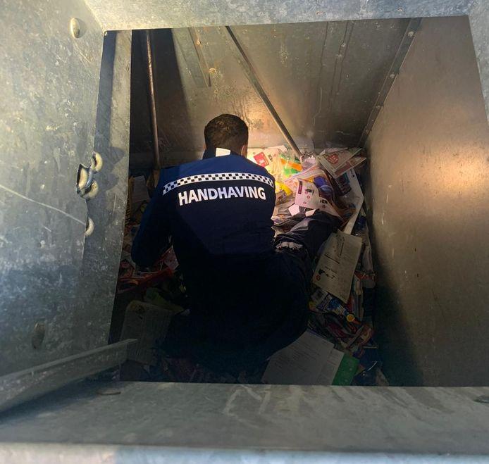 Handhaver Etiënne van de gemeente Rotterdam wist een dierbare trouwring uit een container met oud papier te redden.