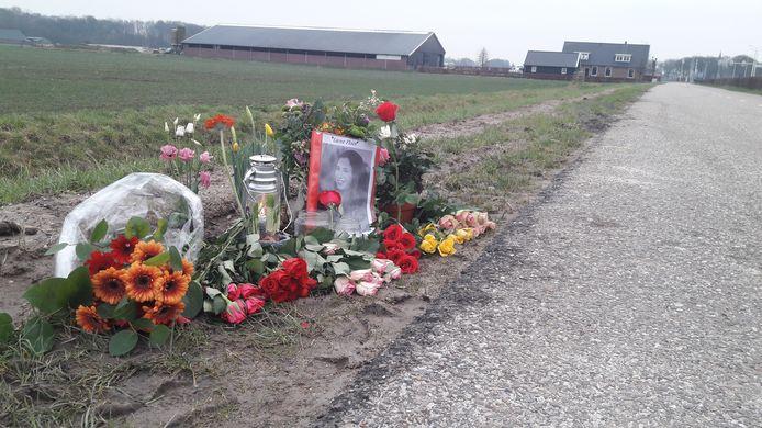 Bloemen markeren de plek van het tragische ongeval.