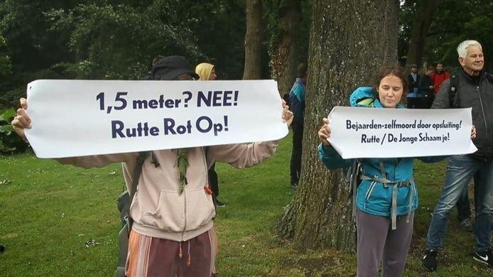 Ook in Utrecht kwamen toch wat mensen demonstreren, ondanks het verbod.