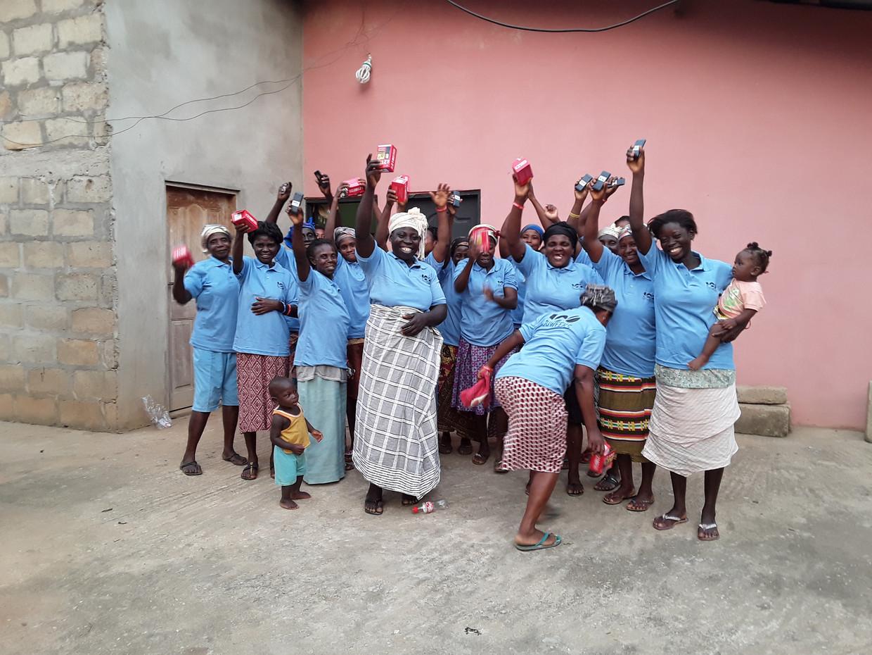 De eerste Ghanese 100Weeks-groep ontvangt hun mobiele telefoons. Beeld 100Weeks