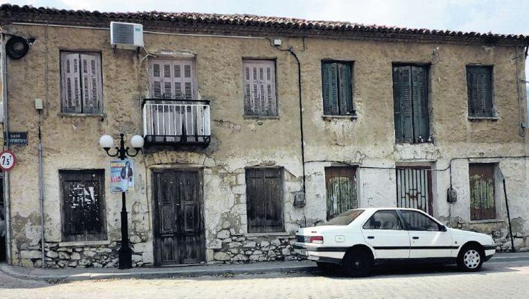 Voor dit huis zouden zeven Grieken geëxecuteerd zijn door de Duitsers. Beeld Janne Chaudron