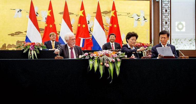 Onder toeziend oog van koning Willem-Alexander en president Xi Jinping tekende Siebrand Poppema in 2015 in Peking de financiële overeenkomst Beeld anp