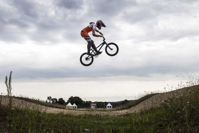 Merle van Benthem in actie tijdens de laatste training voor de UCI BMX World Championships op Sportcentrum Papendal.