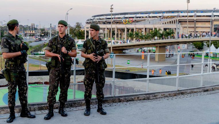 Militairen voor het Maracana-stadion waar de opening van de Olympische Spelen was. Beeld anp