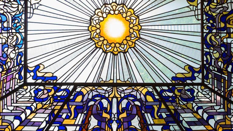 Het glas-in-loodraam bij de trap Beeld Charlotte Odijk