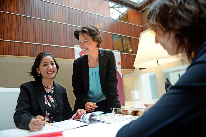 Vrijwilligster Ketakee Nesarikar (links) en operations manager Michelle Ekkelkamp van het Expat Center East Netherlands.