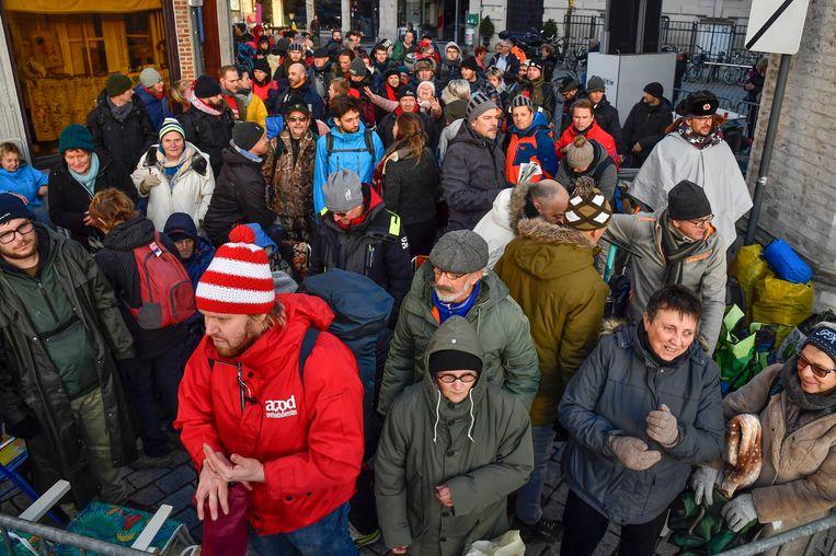 Na een eerste koude nacht staan de wachtenden klaar om de Grote Markt op te kunnen. Jern Vermeiren (in het rood) schuift aan voor zijn kinderen.