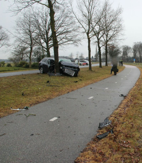 Ravage na botsing tussen twee auto's op kruising buiten Diepenheim