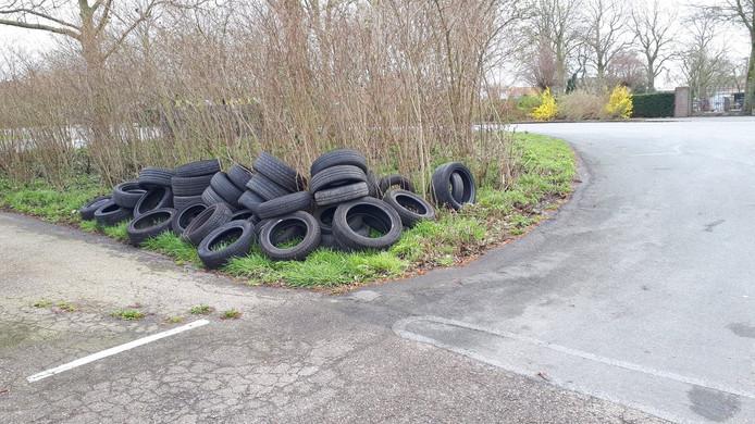Aan de Dorppolderweg werden ruim dertig banden gedumpt.