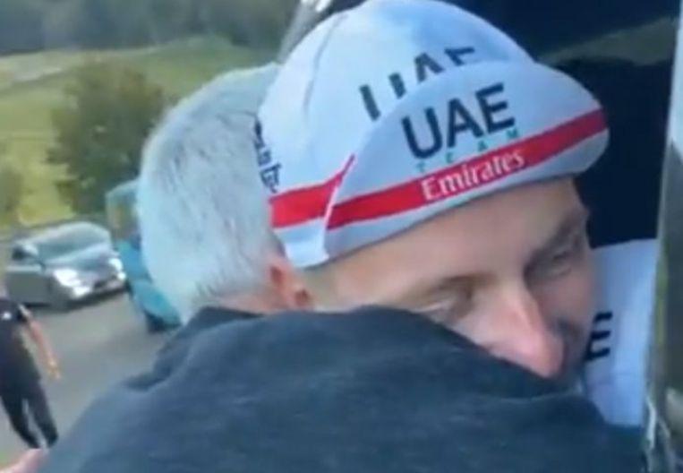 Pogacar in een omhelzing met Allan Peiper. Beeld UAETeamEmirates