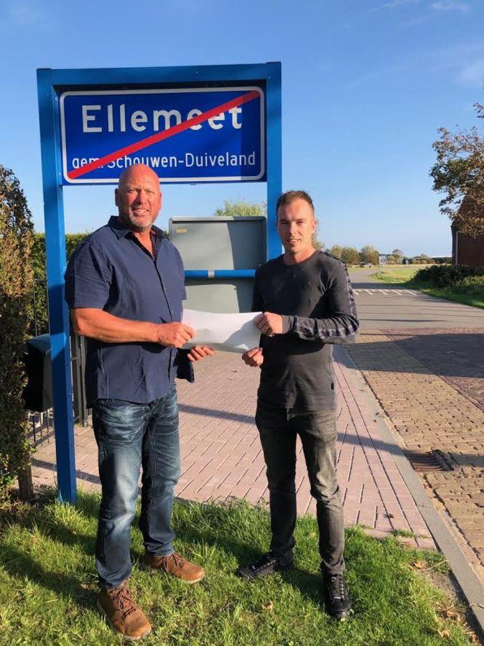 Sjaak Kwaak en Fabian Oostvogels van de Werkgroep Leefbaar Ellemeet die samen een onderzoek uitvoerden in hun dorp. Het overgrote deel (74 van de 86 stemmen) heeft aangegeven niets te voelen voor het legaliseren van de zorgwoningen aan de Dorpsstraat 10 en 13.