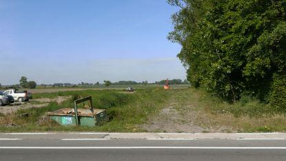 """Twee bewoners vragen stopzetting aanleg van de omleidingsweg in Diksmuide: """"Er was een rotonde gepland, en het kan perfect. Wij willen geen extra verkeerslichten"""""""