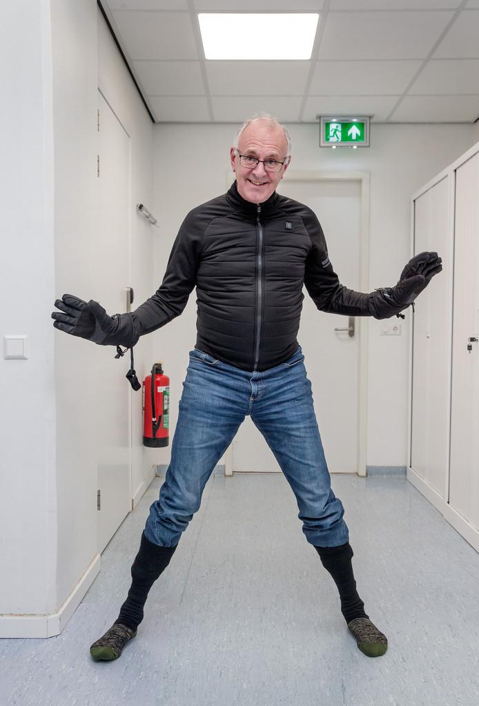Hein Daanen denkt dat we in de toekomst vaker verwarmende kleding dragen. Hij draagt: Handschoenen (ANWB). Warme vingers en hand, met aan-uitknop. Sportjack (AGU). Verwarmde borstkas, juist daar is het effectief. Skisokken (Alphenheat). Voor warme tenen en met afstandsbediening.
