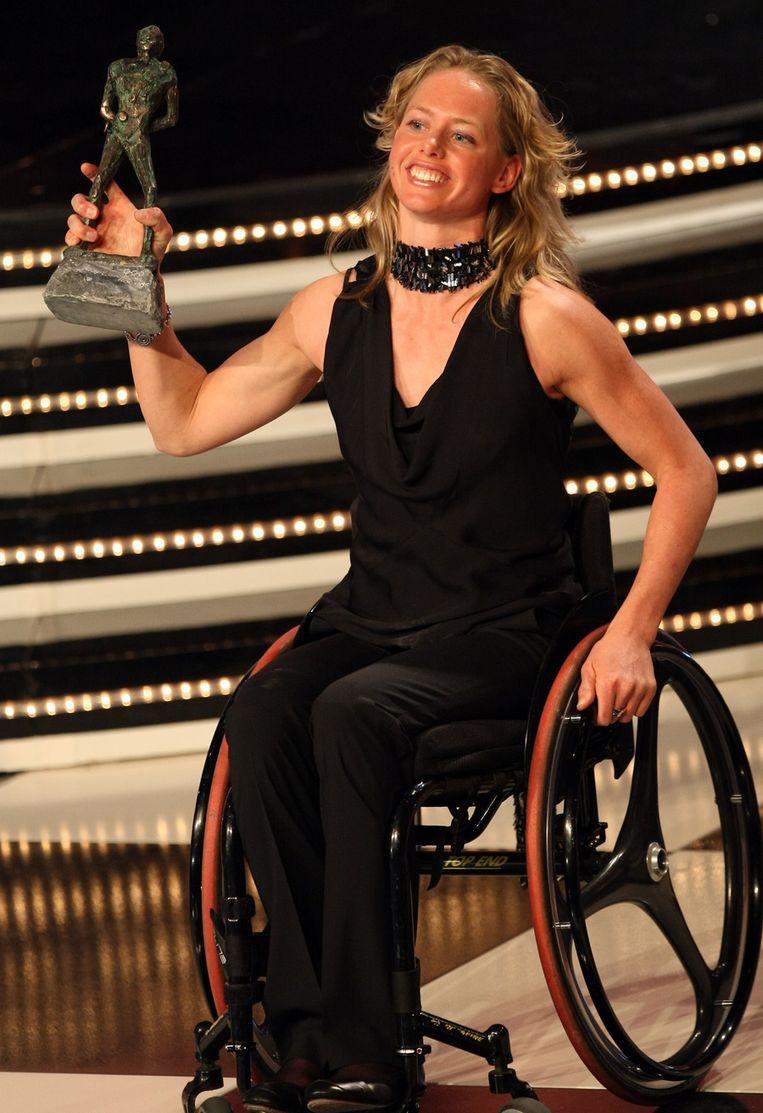 2009: Monique van der Vorst neemt haar prijs in ontvangst tijdens het sportgala in de RAI in Amsterdam. Ze werd gekozen tot gehandicapte sporter van het jaar. © ANP Beeld