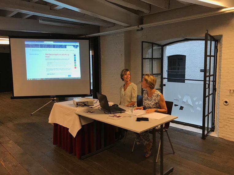 Schepen Annick De Ridder en directeur Omgeving Katlijn Van der Veken lichten de tool toe